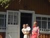 Дівчата вдома на подвір'ї