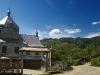 Дорога веде в центр Бабина, на горизонті хребет Сокільський