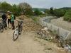 Берегоукріплення і сміття біля річки на Панській долині в Косові