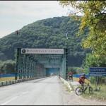 Міст через Черемош — кордон Івано-Франківської та Чернівецької області