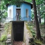 Внизу жидівський склеп, нагорі — місце відпочинку