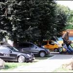 Тарас дивиться на любителів паркуватись на газонах як на гівно