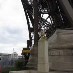 Погруддя творцеві металевих конструкцій ЕЙФЕЛЮ. Міст Марії Пії в Порту, Ейфелева башта в Парижі, міст в Бордо, вокзал в Будапешті, віадук Гарбі в Франції, вокзал в Чілі, обсерваторія в Ніцці, ліфт Санта Хуста в Ліссабоні, залізний будинок в перуанській Амазонії, статуя Свободи в Нью-Йорку, повітряний міст в Латвії, Ейфелів міст м. Унгань в Молдові, металічний пішохідний міст в Каталонії. Ото наробивси чоловік за девятдесят рочків! Творіння Ейфеля - грандіозне, вражаюче і фундаментальне, але...
