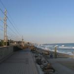 Повертаючись ровером з Барселони цією доріжкою вздовж пляжу на Середземному морі до кемпінгу в Масноу, який знаходиться десь там на горизонті (приблизно 20 км від міста), я наткнувся...