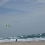 Постійний вітер з океану створює сприятливі умови для місцевих кайтсерфінгістів. Ми побачили це підчас однієї з запланованих велоподорожей з Торейри до Порту (60 км) узбережжям Атлантики