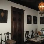 ...вітальня і ще багато кімнат, обставлених старовинними меблями, на трьох поверхах, кожна з яких несе явно виражене фукціональне навантаження
