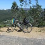 ...на гірському плато серед сосново- платанового лісу. Зустрічна пара велосипедистів з нашої команди, яка проїхала вже 70 км в прямому напрямі, запевнила нас в тому, що ми не встигнемо гірськими дорогами до заходу сонця добратися в табір