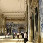 Цікаві історичні сюжети і батальні сцени в інтерєрах вокзалу Сан- Бенту.