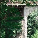 Кам'яний міст підсилений металевими фермами