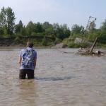 Дощ впав і річка розділилась на два русла. Через друге русло мосту давно немає. Місцеві кажуть: поспішіть, вода прибуває швидко. Ну й пішли!