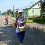У тих селах, правда, ціла біда знайти їжу в магазинах. Але добрі люди дали нам кастрюльку кислячку!