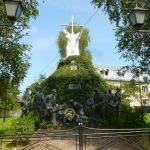 По дорозі надибали цікавий пам'ятник, очевидно, різноманітним захисникам України