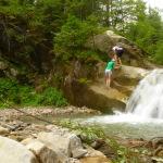 А ось і він. Це Буковинські водоспади. Перший з них. Щоб пройти далі, слід вилізти по слизькому камінню