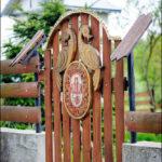 Цікавий паркан і брамка
