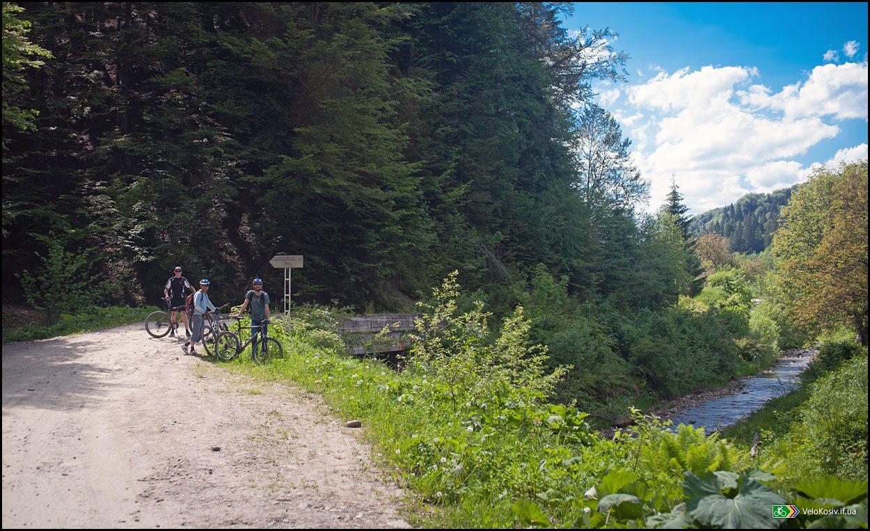 Вказівник та поворот на Лужківський водоспад