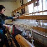 Майстер-клас Наталі на дідовому ткацькому верстаті