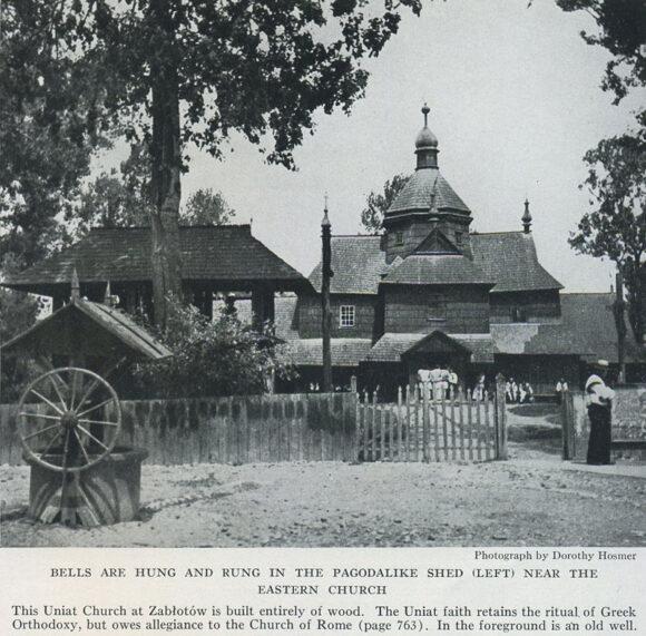 Бемкають дзвони на дзвіниці біля уніатської церкви