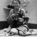 Дороті з фотокамерою на кораблі Президент Рузвельт